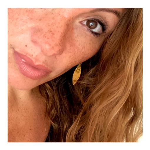 leaves golden earrings wearing, handgemachter goldener schmuck aus indien, dokra ohrringe, dokra earrings
